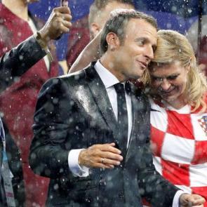 کولیندا گرابار کیتاروویچ رئیس جمهور کرواسی یکی از چهره های ویژه جام جهانی 2018 روسیه بود.  کولیندا گرابار کیتاروویچ رئیس جمهور کرواسی در جریان بازی های کرواسی سر از پا نمی شناخت. او در جریان دیدار فینال در ورزشگاه حضور داشت و تا توانست بالا و پائین پرید و در نهایت شاهد نایب قهرمانی تیمش در جام جهانی شد.  حرکات او که لباس تیم ملی کرواسی را بر تن داشت بسیار مورد توجه رسانه ها قرار گرفت. او در جایگاه ویژه در کنار همتای فرانسوی خود یعنی ماکرون حضور داشت.<po>0916443599c4ed17072018</po> <po>091532601b147217072018</po>
