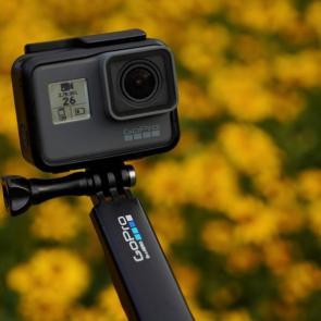 شرکت گو پرو موفق شده است طی ۹ ماه، بیش از ۳۰ میلیون دوربین اکشن کم هیرو بفروشد. در میان دوربینهای پر فروش این شرکت، اکشن کم هیرو ۵ (GoPro hero 5) بیشترین فروش را داشته است.  البته در زمینه پهپاد این شرکت در مقابل شرکت دی جی آی نتوانسته موفق عمل کند و پهپاد این شرکت چندان با موفقیت در بازار روبهرو نبوده است.