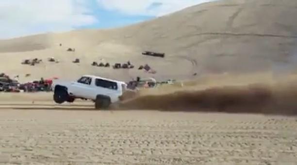 مسابقه دیدنی، دو خودروی تقویت شده در یکی از صحراهای آمریکا را تماشا کنید!