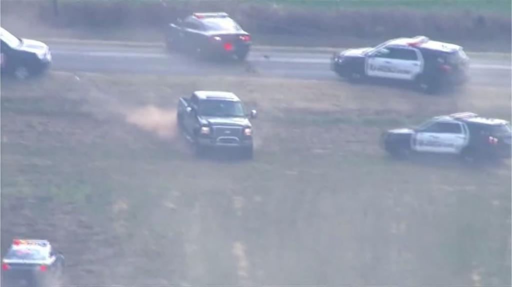 تعقیب و گریز ماشینهای پلیس با وانت فورد را تماشا کنید