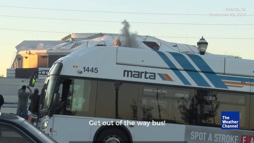 ثبت تصاویر انفجار استادیوم 80 هزار نفری با ورود یک اتوبوس بهم خورد
