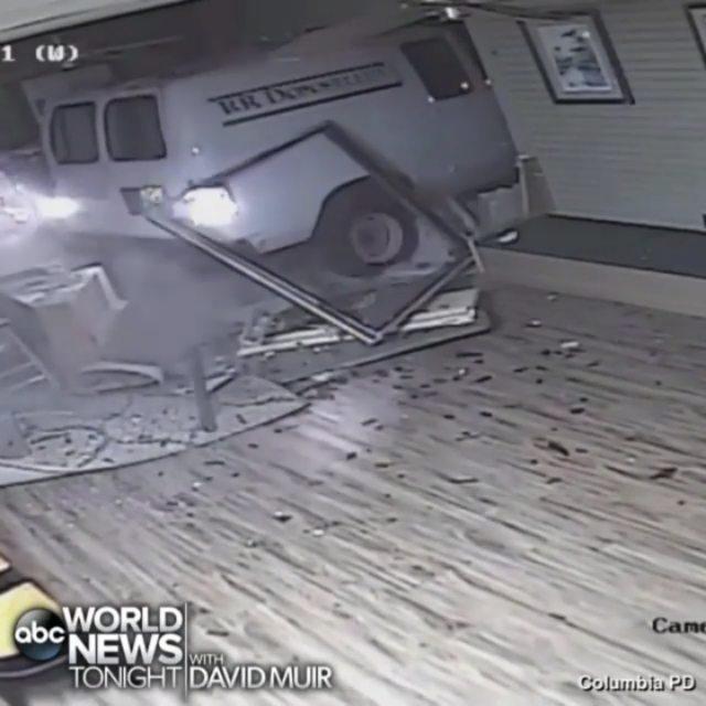 لحظه سرقت از یک کارواش در آمریکا را تماشا کنید