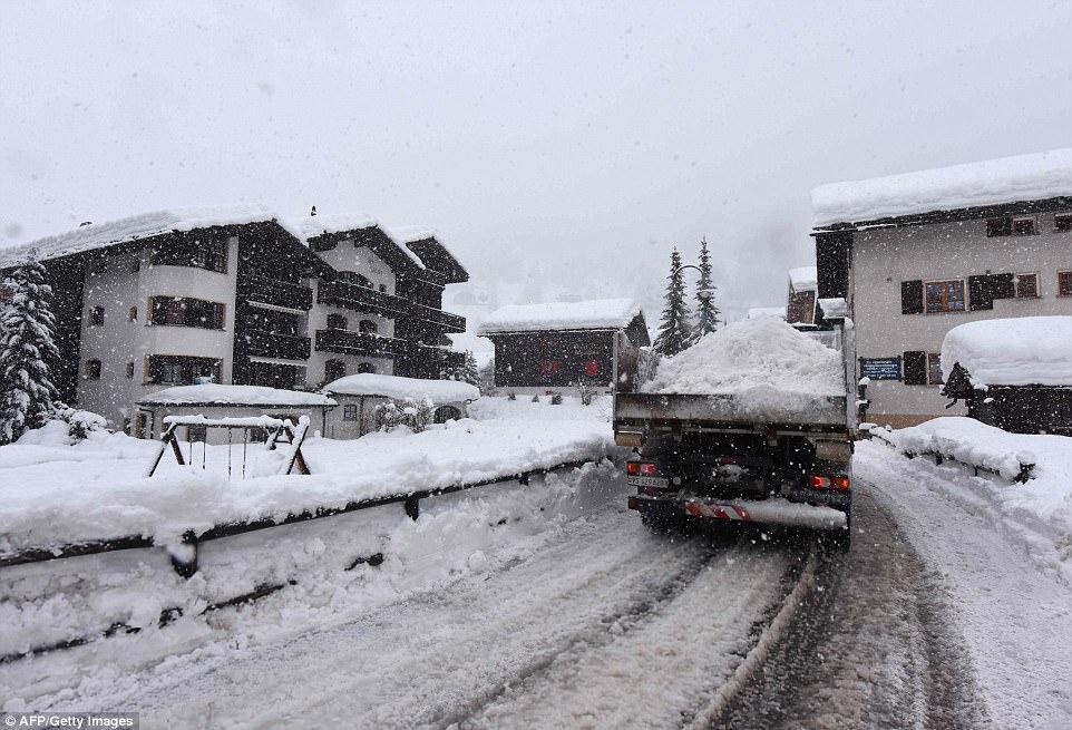 هزاران توریست گرفتار بارش برف سنگین در کوههای آلپ شدند