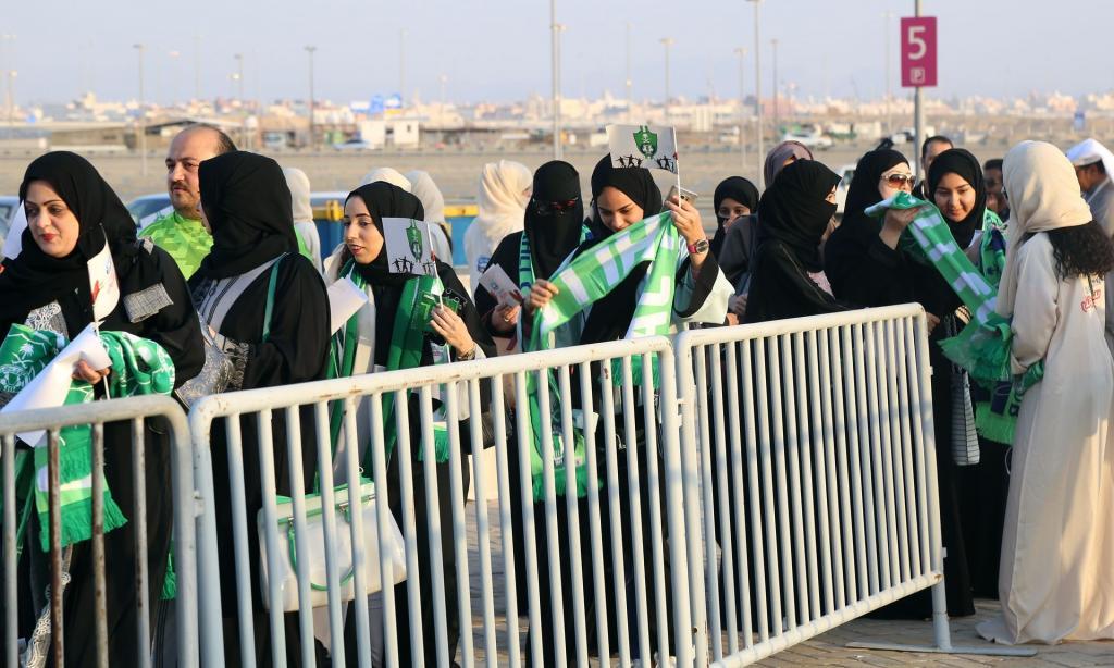 برای اولین در تاریخ عربستان، زنها وارد ورزشگاه فوتبال شدند