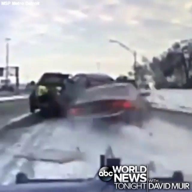 ویدیویی از یک تصادف دلهره آور در دیترویت آمریکا را تماشا کنید