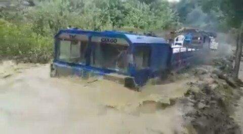 عبور حیرت آور این سه کامیون را حتماً تماشا کنید!