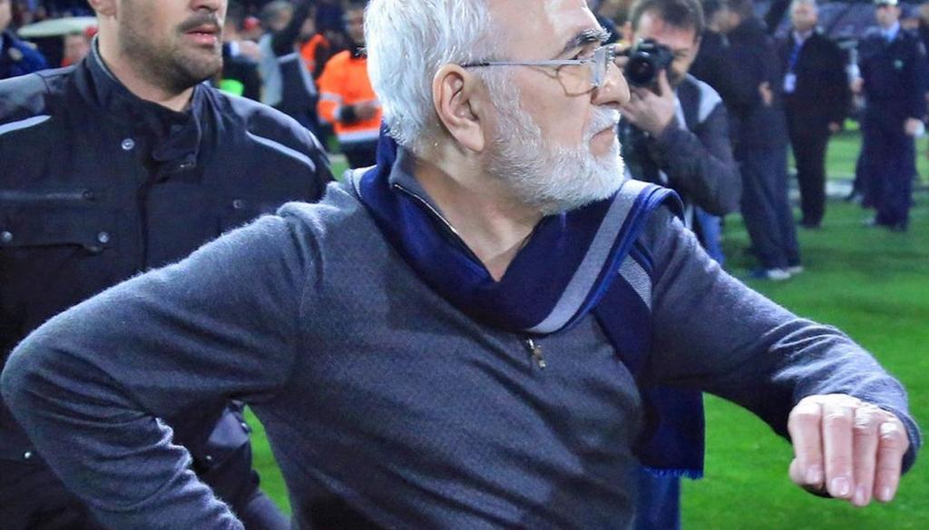 مدیر یک باشگاه، پس از قبول نشدن گل تیماش با اسلحه وارد زمین شد!