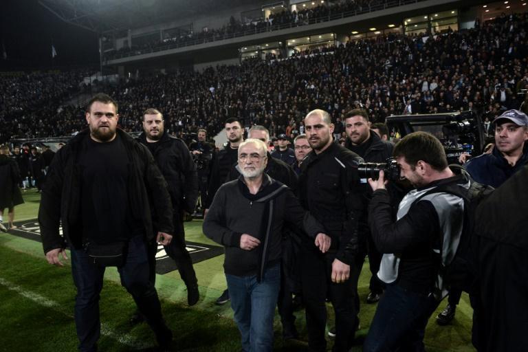 مدیر یک باشگاه، پس از قبول نشدن گل تیماش با اسحله وارد زمین شد!