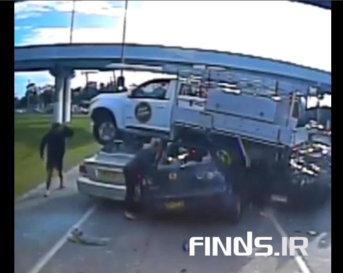 ویدیویی از پرواز کامیون و سقوط بروی چندین خودرو را ببینید
