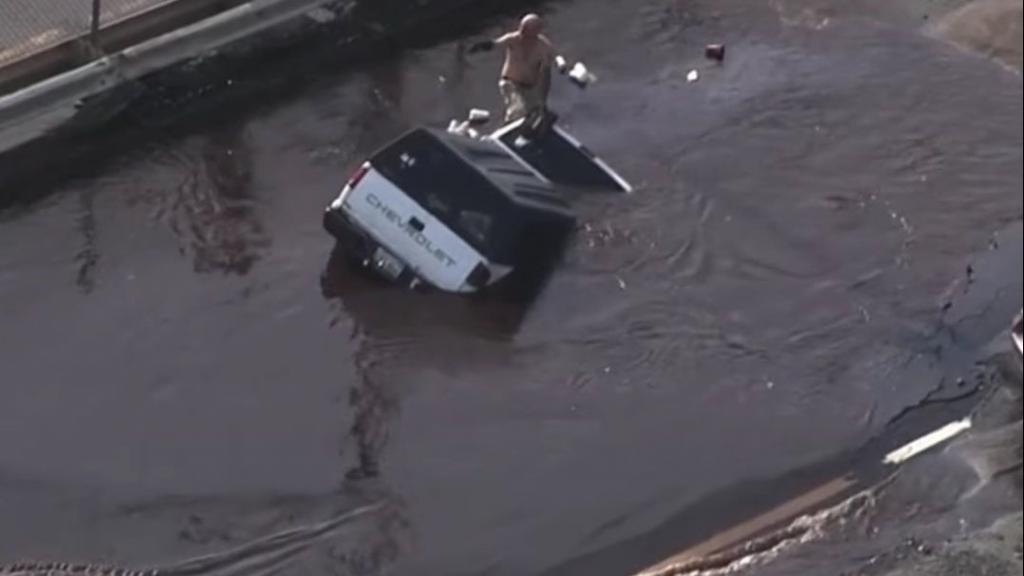 غرق شدن ناگهانی یک وانت در بوستون آمریکا را ببینید!