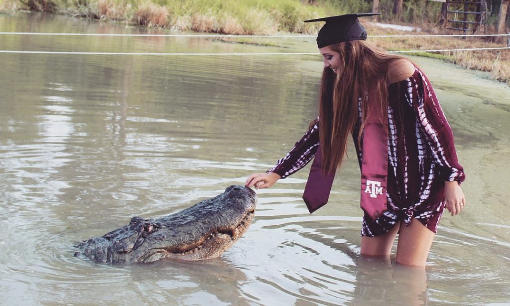 دوستی عجیب دختر آمریکایی با یک تمساح چهار متری!