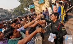 هجوم مردم هند به بانک ها برای تعویض اسکناس