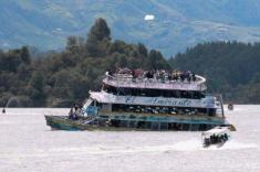 غرق شدن یک کشتی توریستی با 170 گردشگر + ویدیو