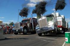 دیدنی ترین مسابقه شتاب کامیون ها را ببینید