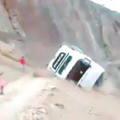 سقوط وحشتناک تریلی ولوو به درون دره را تماشا کنید