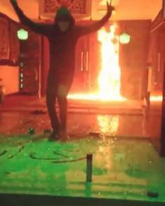 فیلمی از به آتش کشیدن مسجد در شرق تهران، توسط گروه ریاستار