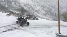 لذت رانندگی در یک جاده برفی را تماشا کنید