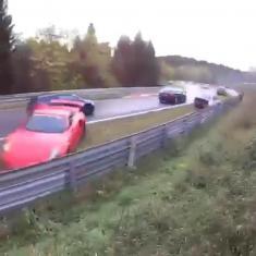 لحظه تصادف پی در پی خودروها در یک پیست مسابقه را تماشا کنید