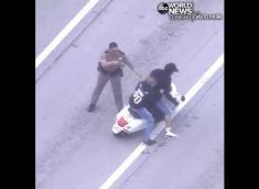 حمله تعدادی موتورسوار خلافکار به خودروی پلیس میامی را ببینید