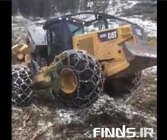 نبرد لودر قدرتمند با چوبهای سنگین را تماشا کنید
