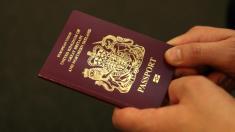 درخواست شهروندی یک زن، به دلیل دست ندادن به یک مرد فرانسوی رد