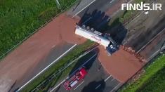 واژگون شدن یک کامیون پر از شکلات را ببینید!