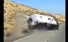 واژگون شدن خودروی کاروان در ایالت واشنگتن آمریکا را ببینید