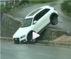 حرکت عجیب راننده آئودی را تماشا کنید!