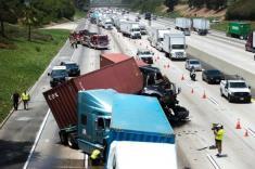 تصادف شدید چندین دستگاه تریلی در کالیفرنیا را تماشا کنید