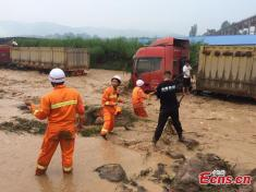 نابود شدن چندین دستگاه تریلی در سیل عظیم چین را ببینید